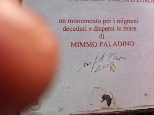 Placaen Lampedusa del autor de la Puerta de Europa dedicada a los migrantes