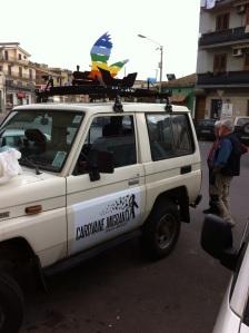Jeep vanguardia de la Caravana portaba el Emblema con las Alas y Las Bestias: el tren de  México y Las Barcazas del Mediterraneo, ambas igual de mortales e indignas