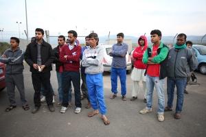 grupo de migrantes de Asia y África, esperando respuesta sobre su petición de refugio
