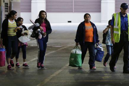 Familias migrantes detenidas en redadas estan a punto de serdeportadas