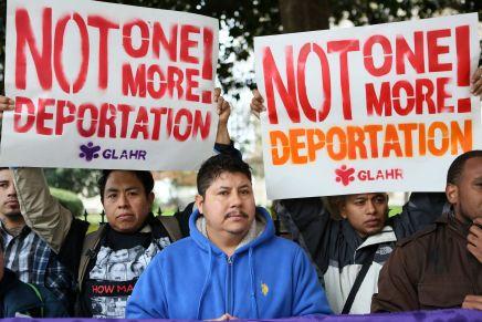 Protestan por redadas frente a las oficinas de inmigracion enAtlanta