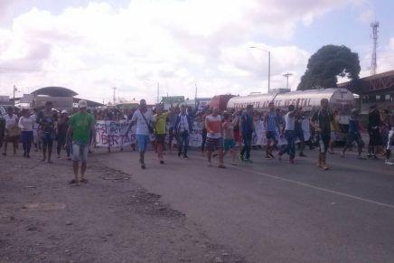 Más de mil cubanos protestan en Panama y  entran por la fuerza a CostaRica