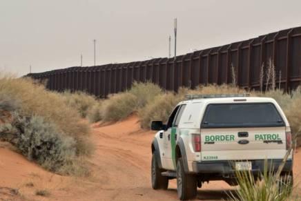 Amarran a migrantes al murofronterizo