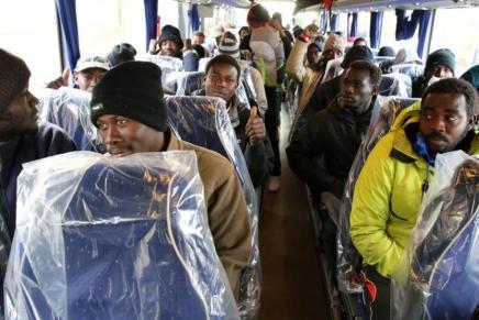 Indignante: cubren con plastico asientos del bus donde transportaban a los refugiados deCalais