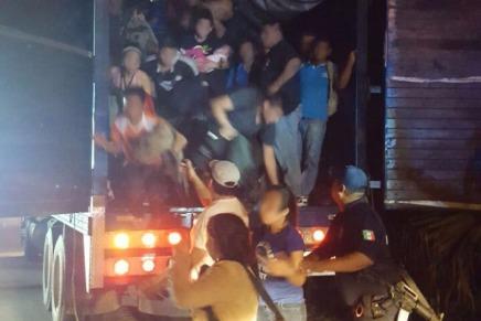Detienen en Tabasco trailer con 121 migrantes, 55 son menores deedad.