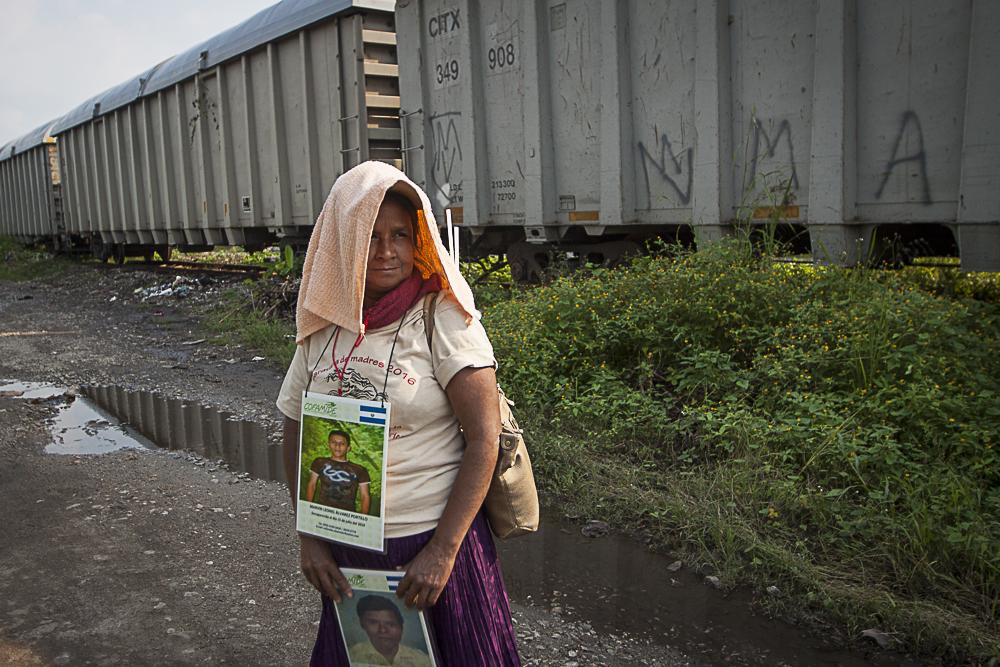 Con fotos en la mano, las madres recorren de puerta en puerta en busca de una pista del paradero. Foto: Victor Galindo