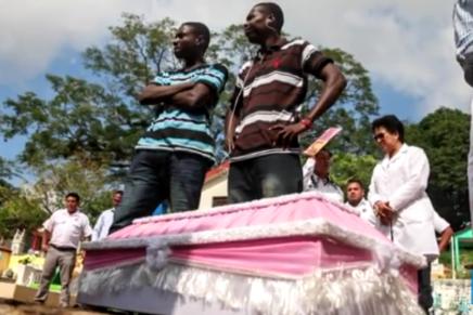 VIDEO: Migrantes haitianos entierran a bebe que murio durante un accidente enMexico