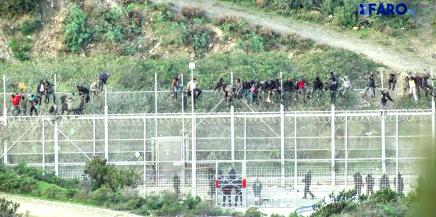 VIDEO: Cerca de mil personas migrantes intentan cruzar la valla para llegar aCeuta