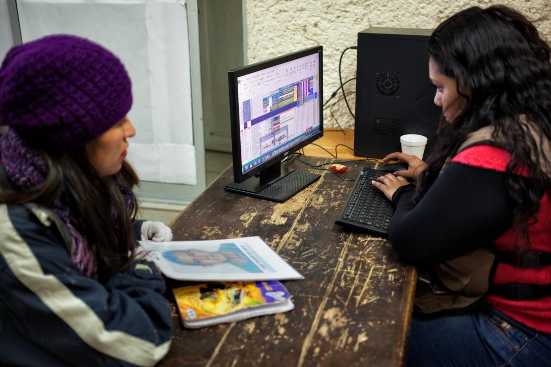 Madres cotejan en la base de datos del albergue Casa de la Caridad al Migrante (Foto: Consuelo Pagaza)