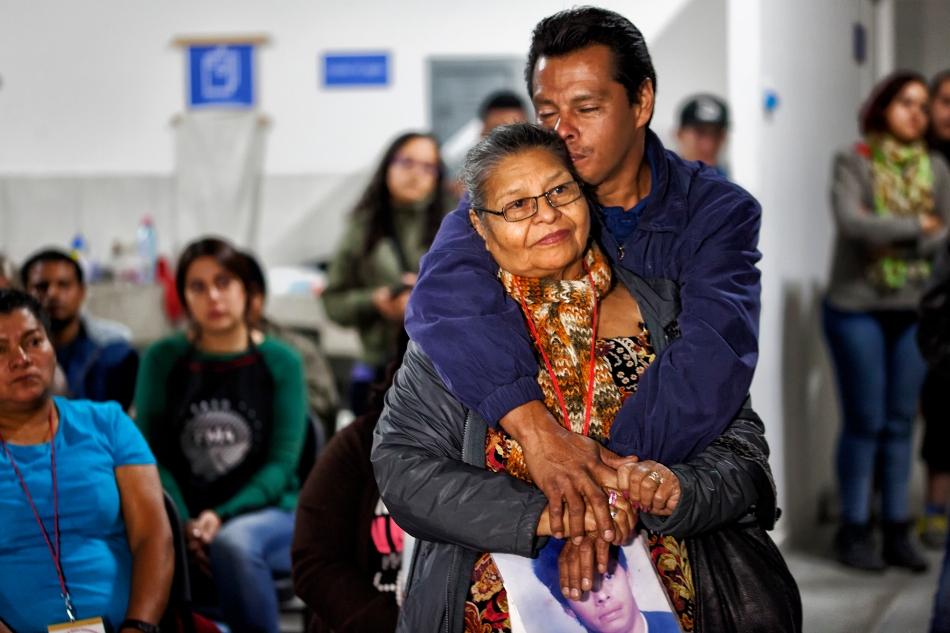 Después de más de 16 años de búsqueda, Clementina Murcia ha podido abrazarse con su hijo Mauro Orlando Funes Murcia y conocer a María Guadalupe Sánchez Parada, su nieta de 15 años. Foto: Consuelo Pagaza
