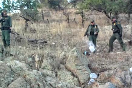 Acusan a la Patrulla Fronteriza de destruir comida y botellas de agua para los migrantes en eldesierto