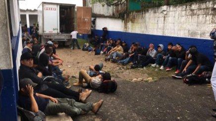 """En Mèxico arrecian detenciones de migrantes traficados en trailers,  autobuses y casas de """"seguridad"""""""