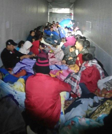 Detienen en Mèxico a mas de 300 migrantes centroamericanos cuando eran traficados entrailers