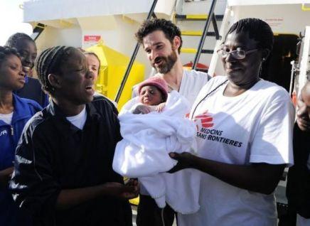 Nace bebé en un barco de rescate de migrantes en elMediterráneo