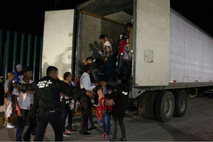 En Tabasco localizan un trailer con 89 migrantes hacinados entre ellos 31niños