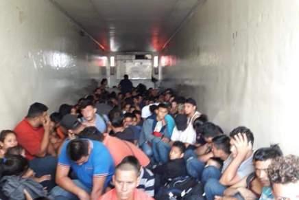 En Nuevo León localizan a 161 personas migrantes  hacinadas en untrailer