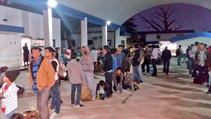 Aseguran en Tabasco a 130 migrantes hacinados dentro de untrailer