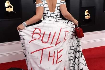 La cantante Joy Villa llega a los Grammy con vestido en apoyo al muro deTrump