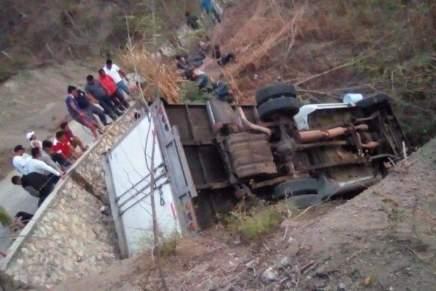 #ULTIMAHORA: Mueren 25 migrantes en México tras volcarse el camion donde erantraficados