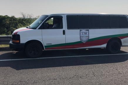 Trafican a migrantes en camioneta con logos del Instituto Nacional deMigración