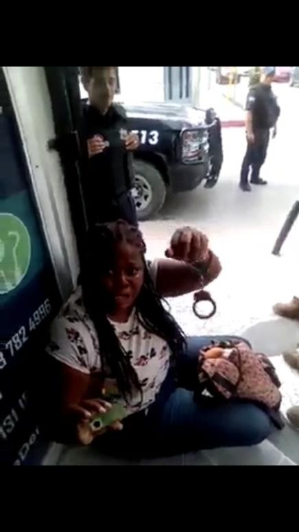 VIDEO: Mujer migrante se defiende de policías mexicanos tras seragredida