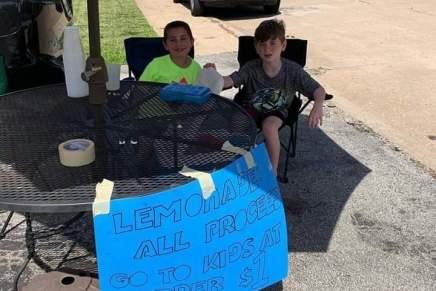 Niños venden limonada para ayudar a los #NiñosMigrantes en lafrontera