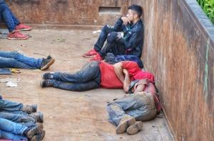 Migrantes duermen en el vagón de un tren, en el sureste de México