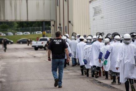 122 mexicanos entre los detenidos por ICE en la mega redada deMisisipi