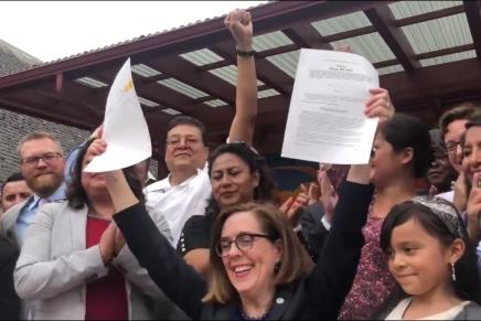 La gobernadora de Oregón firmo la ley: #LicenciasParaTodos