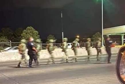 Soldados mexicanos cruzan la frontera con EU y son detenidos por agentes demigración