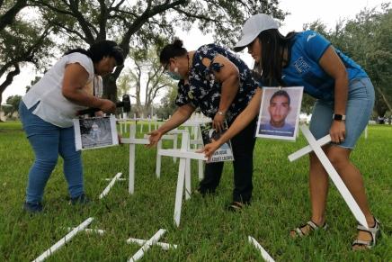 Madres de migrantes desaparecidos recorren Falfurrias, Texas buscando a sushijos